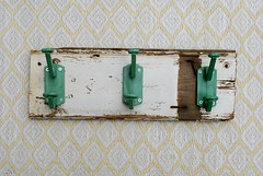 wood & wall peg white & green