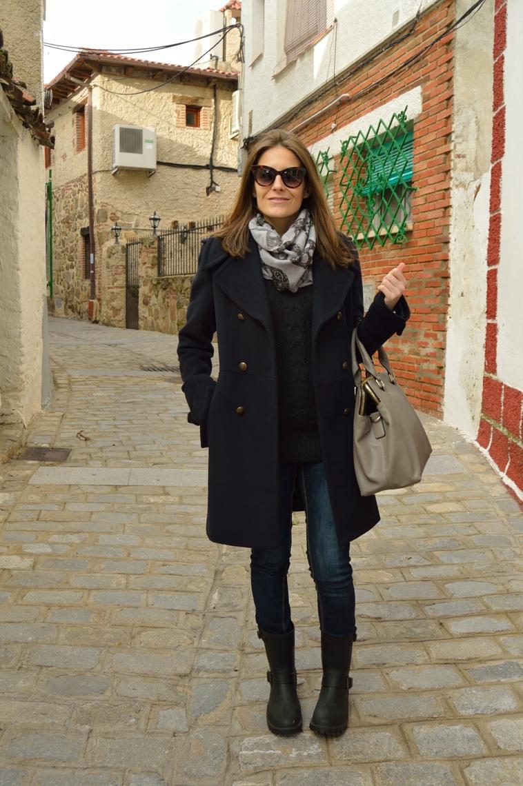 lara-vazquez-madlula-fashion-coat-winter-dark-outfit-grey-bag