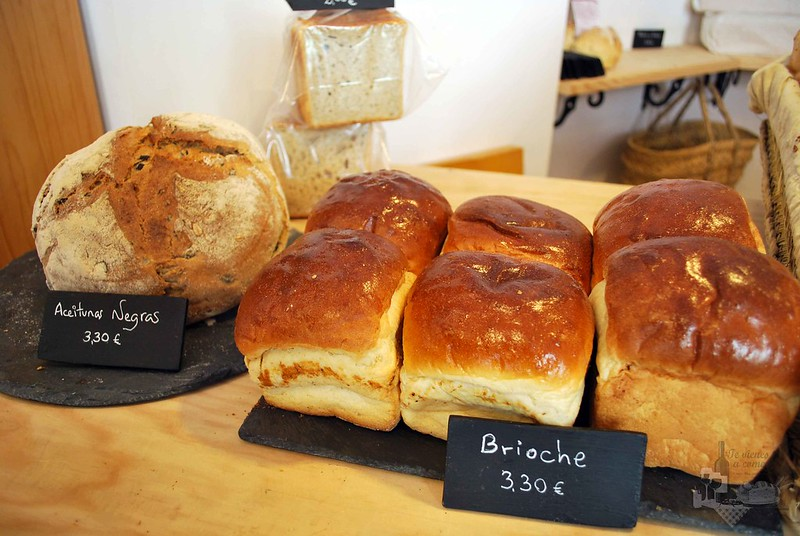 Picnic pan con aceitunas negras y brioche