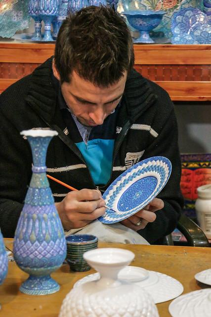 A man painting persian enamel dish, Isfahan イスファハン職人街、ミーナー・カーリーに絵付けする男性