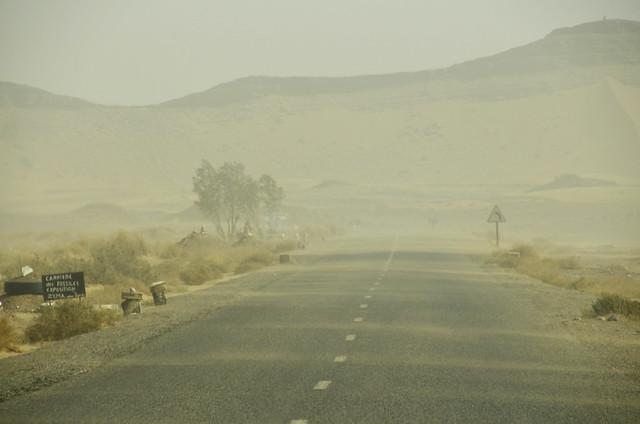 Carretera bajo una tormenta de arena