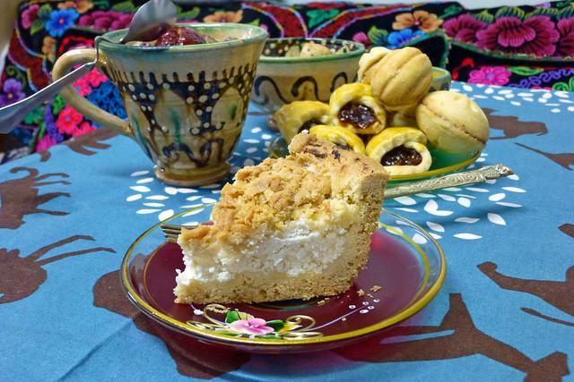 Yummy cake and cookies, Urumqi ウルムチ、ウイグル菓子と花茶でティータイム