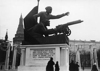 Monumental pappmasjéskulptur til ære for filmen Tsjapajevs suksess (1935)