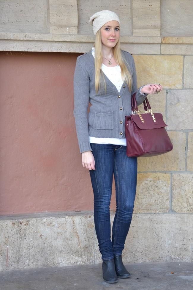 Outfit Weinrote Tasche und Mütze (1)