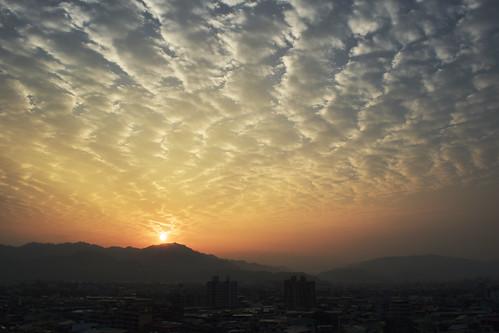 morning sky cloud sun sunrise skyscape dawn nikon shot taiwan style taichung dslr 台灣 scape 雲 臺灣 chen 天空 尼康 台中 晨曦 晟晟 清晨 早晨 單眼 景觀 chenchen 臺中 頂樓 日升 晨景 樓頂 tawanese 漸層 d5300 升日