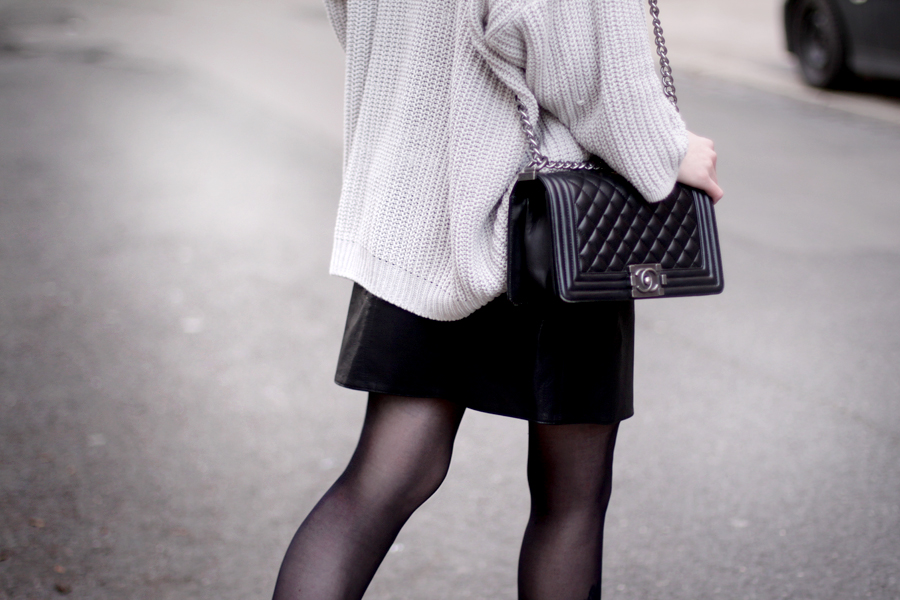 outfit black leather skirt chunky knit chanel bag heels geisha look makeup red lips black hair snow white blogger ricarda schernus hannover berlin germany fashionblogger 3