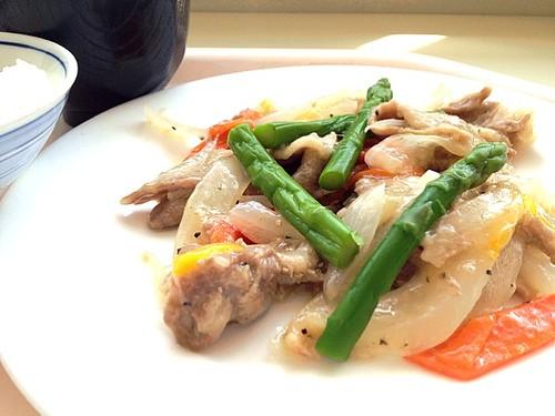 今日の社食は豚肉と野菜のペッパービネガー炒め。520円。