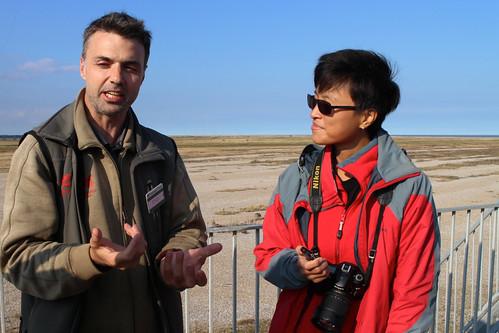英國國民信託工作人員向還資工作人員簡介Orford Ness保護區(Irene Shih攝)