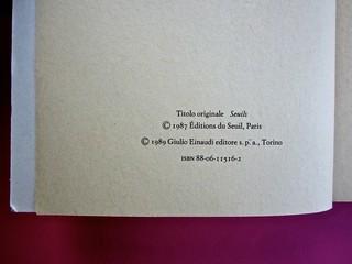 Soglie, di Gérard Genette. Einaudi 1989. Responsabilità grafica non indicata [Munari]. Colophon: verso della carta di guardia (part.), 2