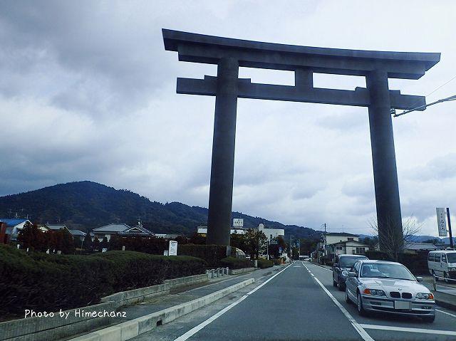 左に見える山がご神体(三輪さん)