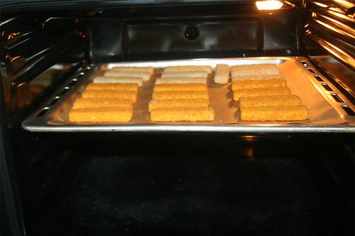 18 - Fischstäbchen in Backofen schieben / Put fish sticks in oven