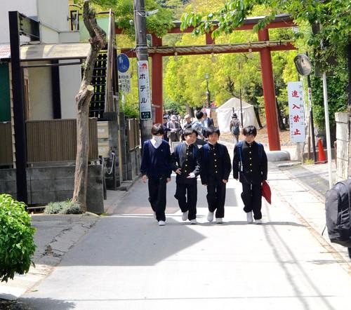 Crianças japonesas voltando sozinhas da escola