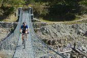 Nepal, Bike Circuit Annapurna. Hängebrücke im Marsyandi Kola. Foto: Andreas Uffelmann.