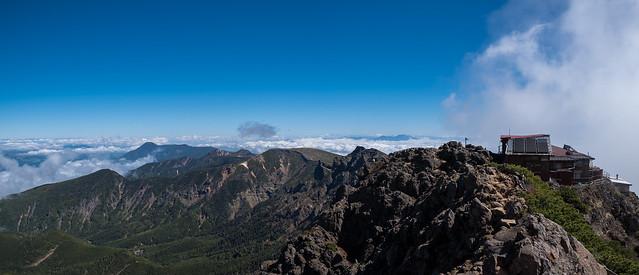 赤岳頂上山荘と八ヶ岳の峰々@赤岳山頂
