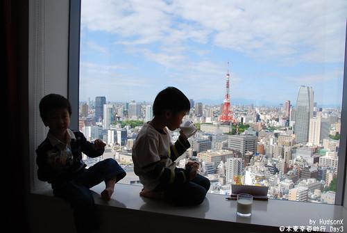 看著東京鐵塔吃早餐(2)