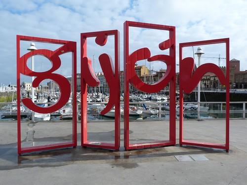 Cartel de Gijón en el puerto