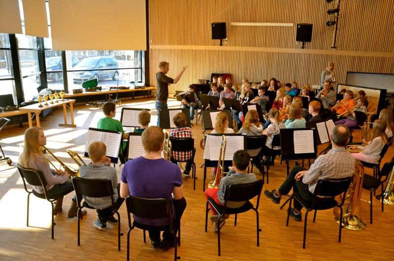 Lilla Brassbandfestivalen 2013 - Per Engström leder repetitionerna i Gislaveds Kulturskola (foto: Olof Forsberg)