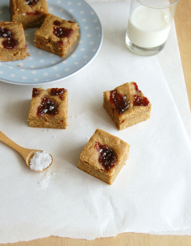 Salted peanut butter and jelly blondies / Blondies de manteiga de amendoim e geleia com um toque de sal