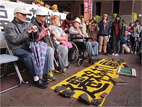年邁的樂生院民到市府陳情。攝影:江佩津。