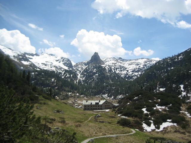 Das Kärlingerhaus (1638 m), überragt vom Schottmalhorn (2225 m)
