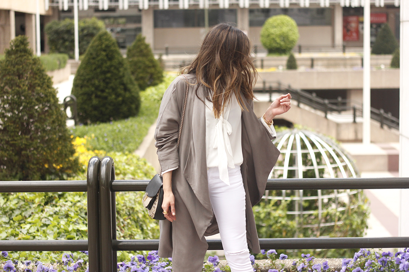 grey and white outfit trench spring streetstyle sunnies nude heels ripped jeans10