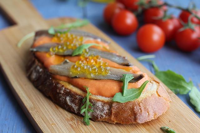 Tostas Salmorejo, sardinas marinadas y caviar de aove www.cocinandoentreolivos.com (8)
