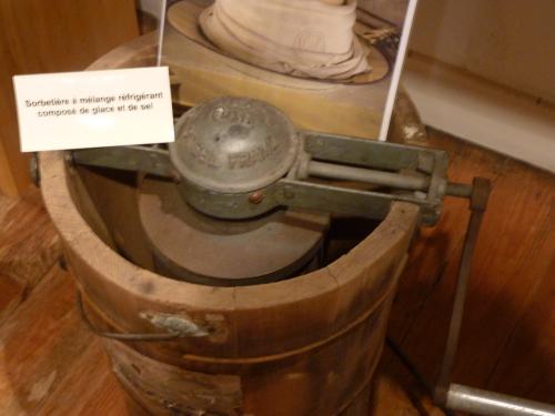 Le mus e des ustensiles de cuisine anciens saint denis la for Porte ustensiles de cuisine ancien
