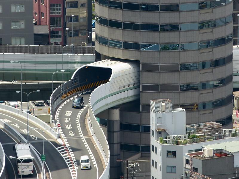 Carretera a través de edificio