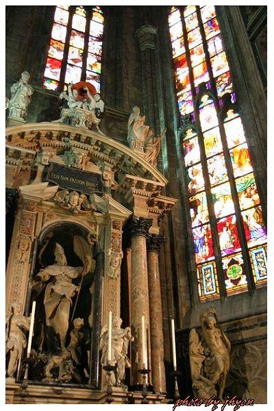1108878333_美麗、莊嚴的教堂一角