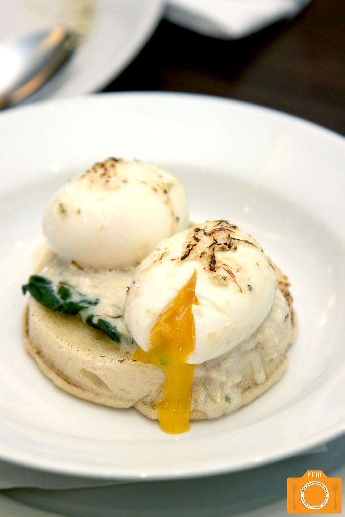 Italianni's Classic Eggs Florentine