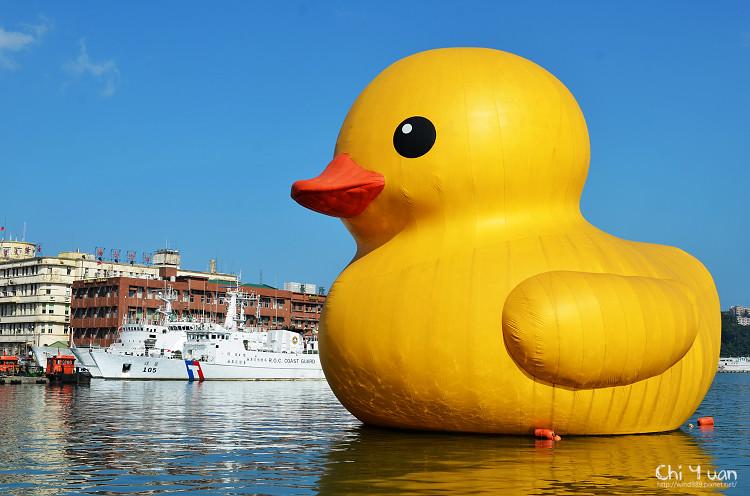 [基隆]黃色小鴨游海港。日夜展兩貌