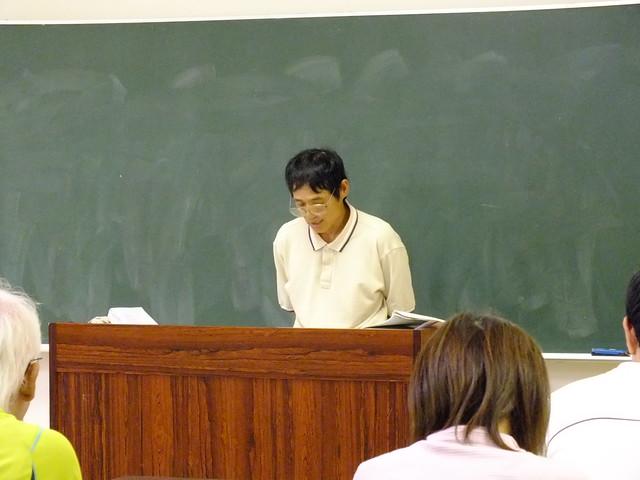 ブッポウソウの営巣場所や保護活動について話をする上野先生.