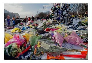 "#Blackpool #BFC  scarf left as a tribute #RIPSirTom Finney : "" Splash "" sculpture #Deepdale #Preston #NorthEnd #PNE #PNEFC"