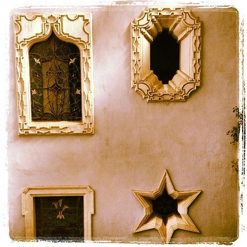 El Sol, Una Estrella, Alcatraces y Un Arco Morisco