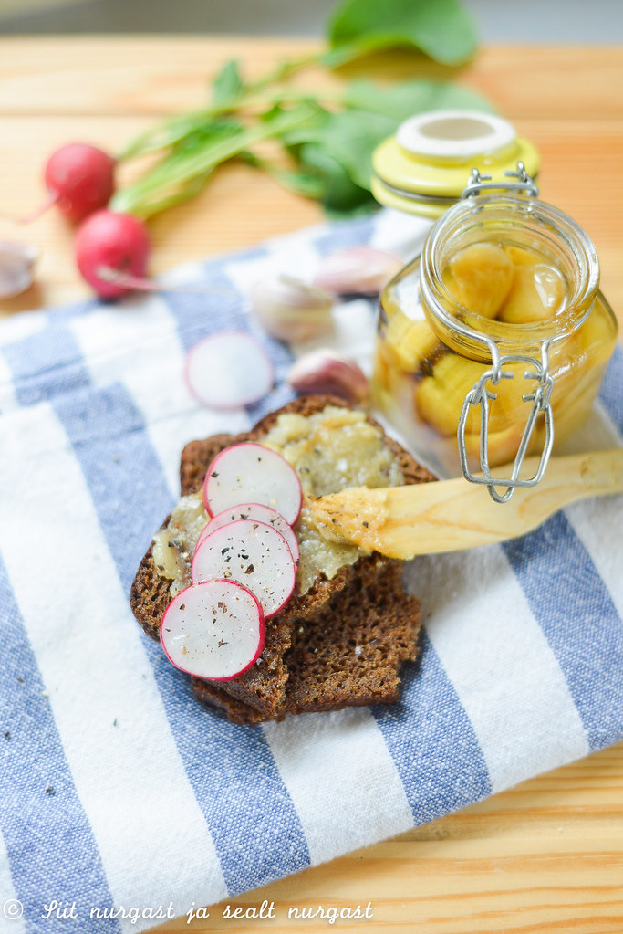 küüslaugu confit, leiva ja redisega