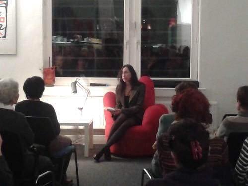 Isabella Vértes -Schütter auf dem roten Sessel im Februar 2015