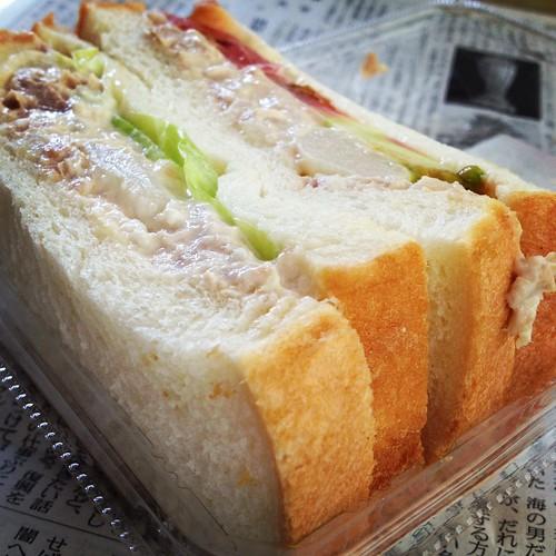 お昼はツナサンド by haruhiko_iyota