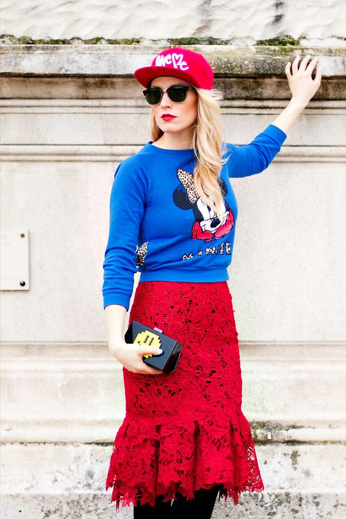 Moda de strada cu Alina Tanasa la Paris Fashion Week cizme Greymer, ochelari Tom Ford de la Ottica Mutti, geanta Clutch Le Petits Joueurs, bluza top Zara Stripe