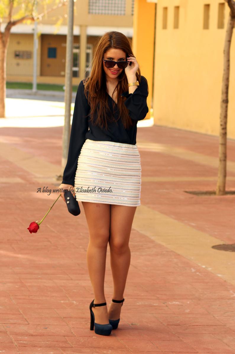 falda-blanca-con-lentejuelas-y-blusa-azul-HEELSANDROSES-(4)