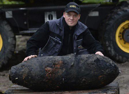 Mike Schwitzke muestra la bomba desactivada en Postdam
