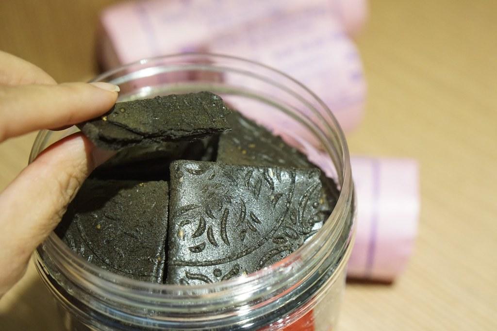 charcoal kuih kapit