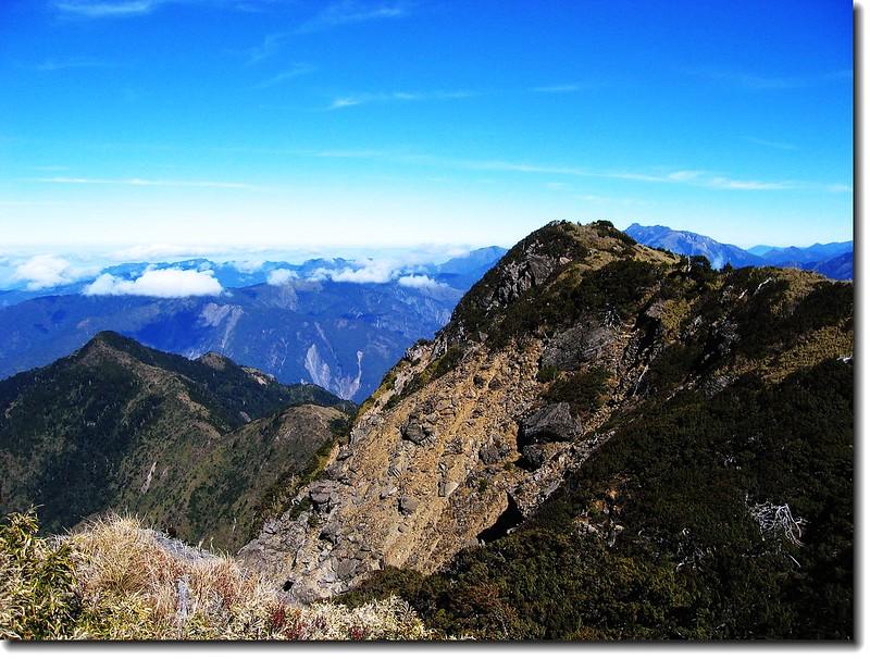 庫哈諾辛山(左)與3500高地(右)