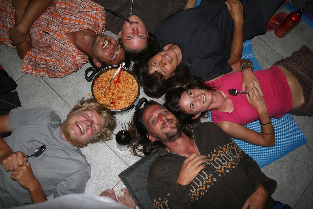 6. Feliz cena. Albergue de Ferreiros, Lugo. Autor,