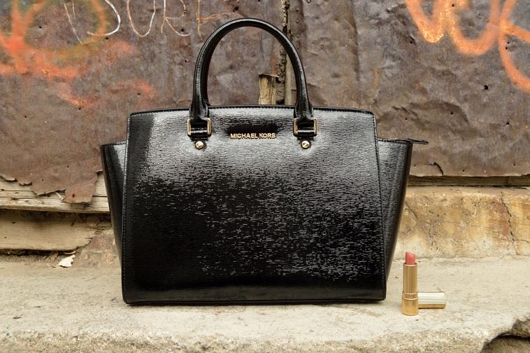 lara-vazquez-madlula-details-bag-michael-kors-lipstick-