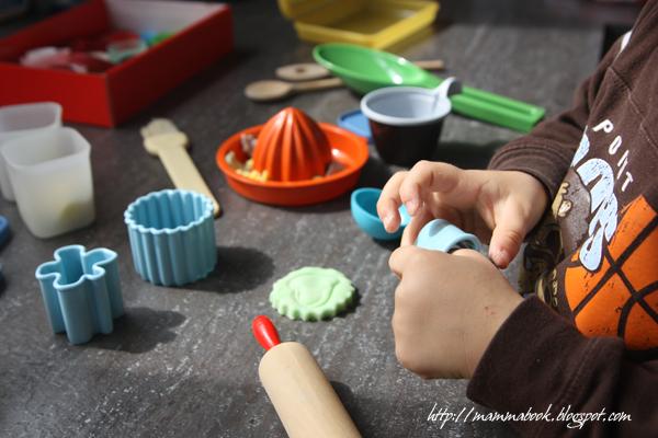 pasta di pane, giochi fai da te, giocare col colorante