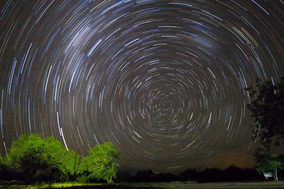 """Una imagen de la rotación de nuestro planeta visto desde un punto fijo, con la técnica de fotografía """"star trail"""" se pueden dibujar sorprendentes círculos, las noches del chaco ofrecen el escenario perfecto para este tipo de tomas fotográficas. (Tetsu Espósito)"""