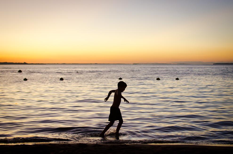 El último niño abandona las aguas de la playa San José tras el anuncio de los salvavidas del término del horario de permanencia en el Río. (Elton Núñez)