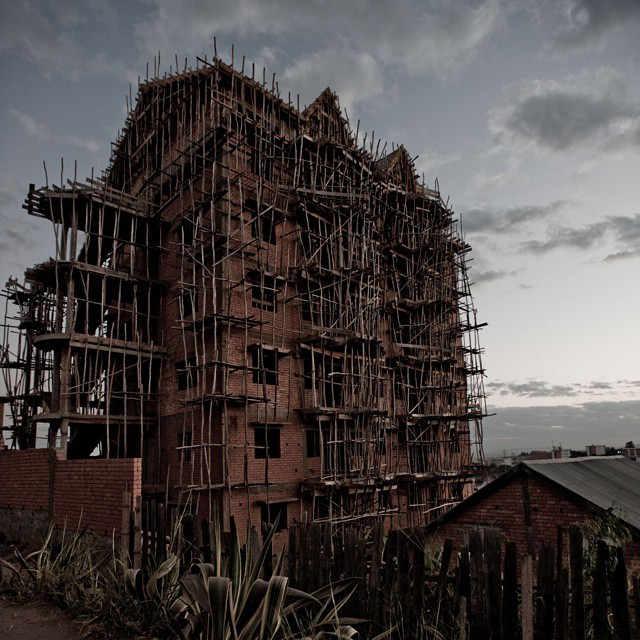 Maison en construction a madagascar en afrique. Echaffaudages en bambou. #construction #batiment #bambou #afrique #madagascar