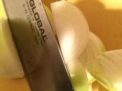 玉ねぎは1cm幅のくし型に切ります
