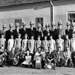 Gruppenbild der Kirchweihgesellschaft 1971 mit den Jahrgängen 1952-1956 und der Blaskapelle in Hocke. Nikolaus Pritz ist Dritter von links.